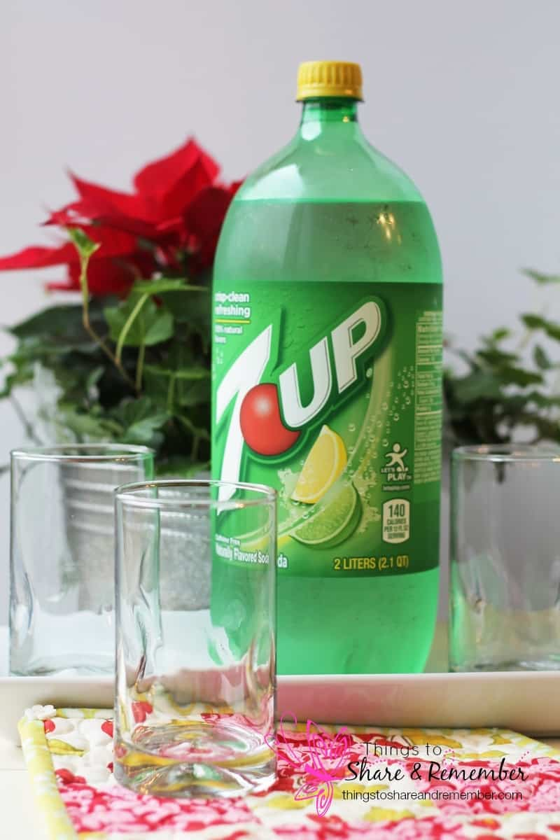 7UP® Gumdrop Christmas Fizz Recipe #MingleNMix #Ad