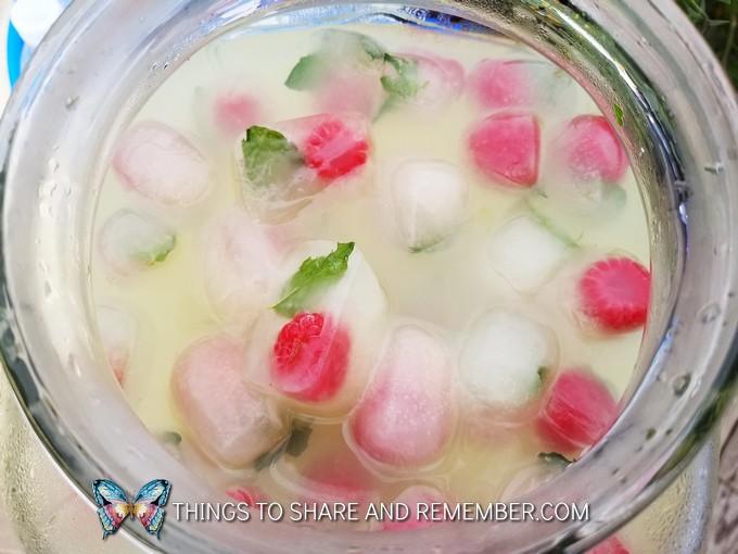lemonade with raspberries and mint